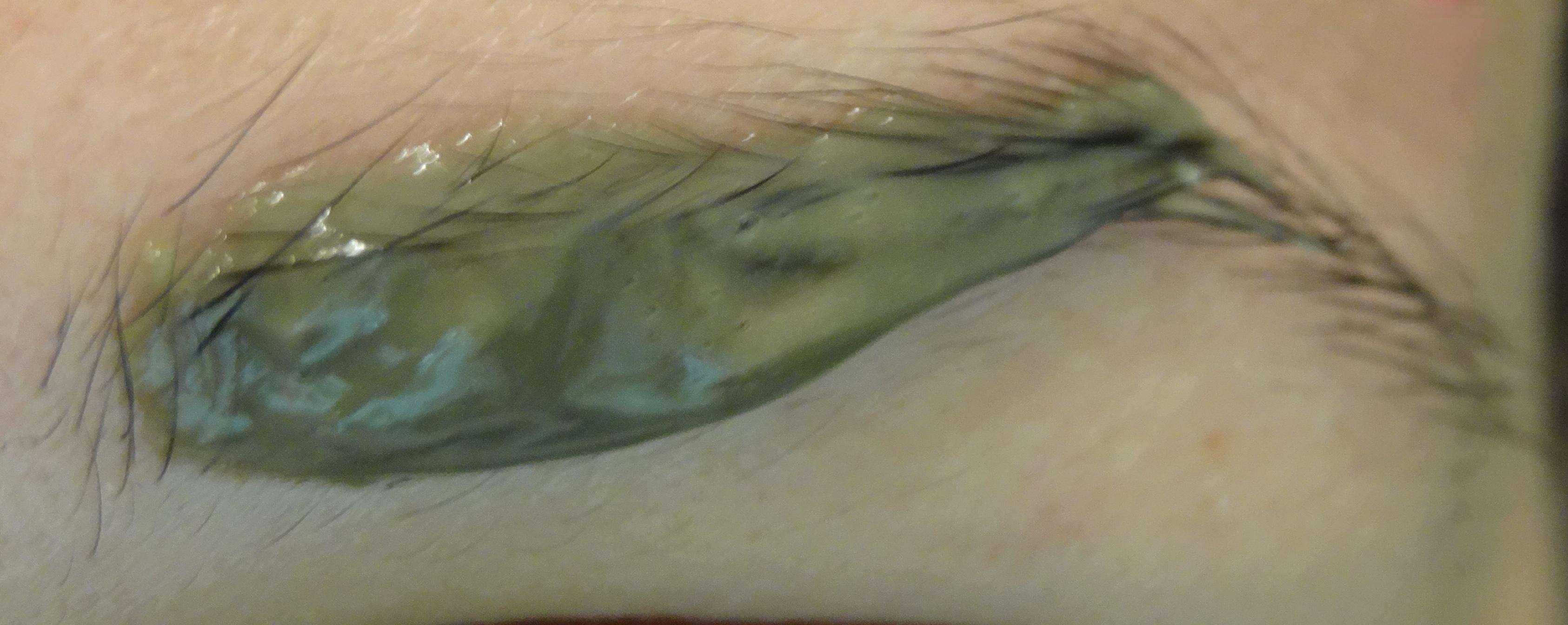 La solution pour recolorer les sourcils d color s par le - Tache de resine sur vetement ...